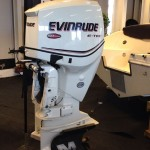 Evinrude 150PK in fantastische staat.COMMON ELEMENTS  Limited Warranty3-Year, Non-Declining Engine typeV6 60° E-TEC DI Displacement158 cu in/2589 cc Recommended fuel87 Octane Emissions complianceCARB 3 Star, U.S EPA, European Union Recommended OilEvinrude/Johnson XD100™ Oil Propshaft HP	150 HP (112 kw) @ 5650 RPM Full Throttle RPM Range	5300-6000 tr/min Alternator output	133 Amps Total Output/ 50 Amps Net Dedicated Fuel induction	E-TEC Direct Fuel Injection w/stratified low RPM combustion mode Lubrication	Multi-point, targeted oiling Bore x Stroke	3.6 x 2.558 in / 91 x 66 mm